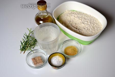 Для приготовления фокаччи на минеральной воде нам понадобится мука, сильногазированная минеральная вода, свежие дрожжи, сахар, соль, оливковое масло, а также 2 веточки свежего розмарина и крупная соль.