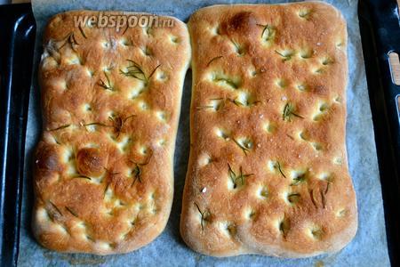 Переносим обе фокаччи на листе пекарской бумаги на противень и выпекаем в горячей духовке 13-15 минут до золотистого цвета.