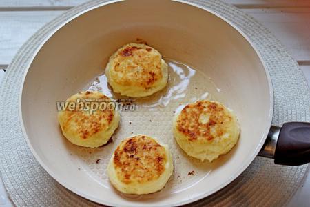 Накалить сковороду, убавить огонь ниже среднего, налить масло и обжаривать сырники до румяности с двух сторон.