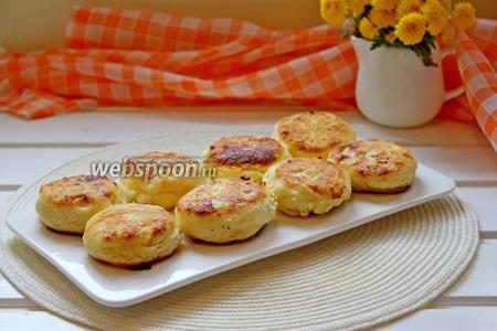 Готовые сырники после жарки можно выложить на бумажное полотенце для удаления лишнего масла и затем выложить на блюдо.