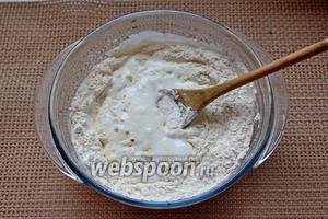 Частями добавить муку и замесить мягкое эластичное тесто.