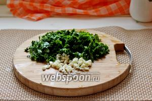 Зелень и чеснок мелко нарезать.