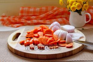 Лук нарезать на полукольца, а морковь на полукружочки.