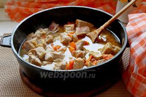 В обжаренное мясо добавить немного кипятка, чтобы прикрыло мясо и поставить тушиться 15 минут на среднем огне.