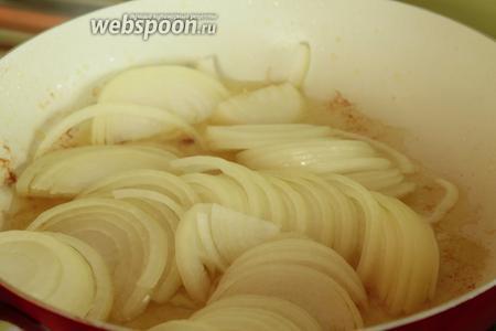 В эту же сковороду кладём ещё 2 ст. л. масла, ждём когда немного разогреется и кладём в масло лук, нарезанный тонкими полукольцами. На среднем огне готовим лук до карамелизации, периодически помешивая. Не пережарьте! В конце добавляем 1 щепотку куркумы и соль. В процессе обжарки может понадобиться добавить ещё 1-2 ложки масла.