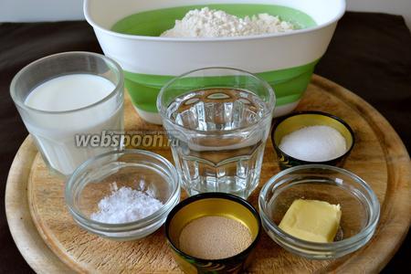 Для приготовления хлеба на молоке нам понадобятся мука, молоко, вода, сухие дрожжи, сахар, соль и сливочное масло.