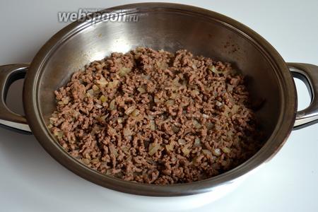 Луковицу мелко нарезать. В той же сковороде разогреть ещё 1 ст. л. растительного масла, положить вместе фарш с луком, посолить, поперчить по вкусу и жарить минут 8-10. Не пересушите!