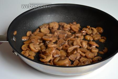 Одновременно нарезать грибы и положить обжариваться с 1 ст. л. растительного масла.