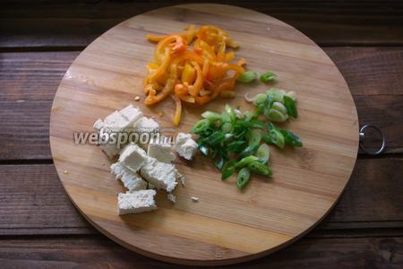 Болгарский перец очистить. Нарезать тонкой соломкой. Так же мелко нарежьте зелёный лук. Брынзу нарезать на равные небольшие кубики. Твёрдый сыр натрите на крупную тёрку.