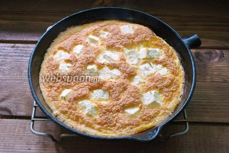 Поставьте омлет в духовку, разогретую до 200ºC на 8-10 минут. Омлет схватится и слегка зарумянится.
