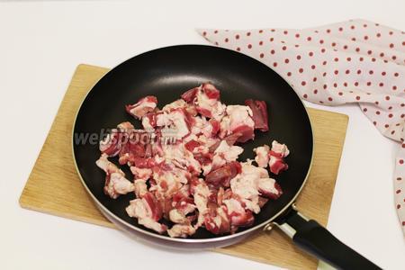 А пока приготовим начинку. Свинину я использовала жирную, чтобы начинка получилась более сочная. Нарезаем на маленькие кусочки. Наливаем в сковородку масло и обжариваем недолго свинину, 5-7 минут.