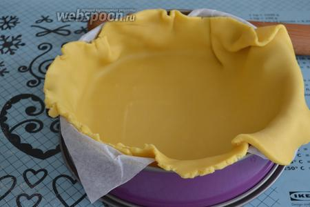 Духовку включить разогреваться на 180°C. Подготовить форму для выпечки (диаметром 26 см). Выложить форму листом пекарской бумаги (так будет удобнее извлечь готовый торт). Достаём из холодильника тесто. Отрезаем от него 2/3 и раскатываем в пласт толщиной 0,5 см. Выкладываем тесто в форму и как следует его распределяем по форме, формируя высокие бортики. Излишки отрезаем ножом. Как я уже упоминала выше, тесто очень податливое в работе и не рвётся...