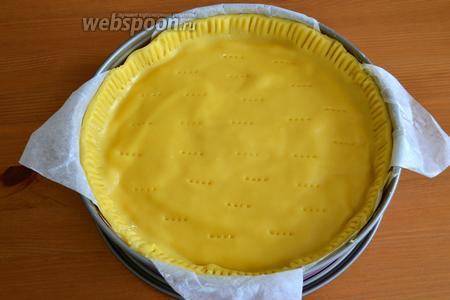 Как следует скрепляем бока (например, используя вилку). Также вилкой накалываем осторожно верх торта.