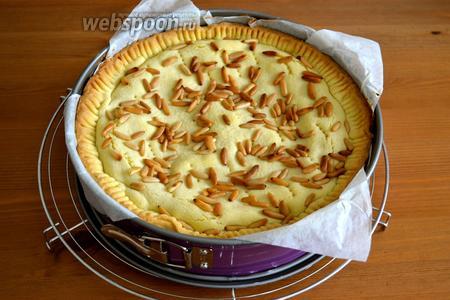 Готовый торт полностью остудить и только после этого переложить из формы на блюдо.