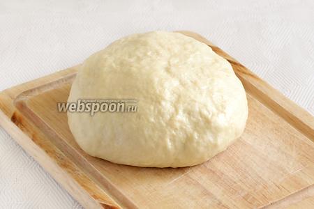 Тесто получается очень мягким, слегка липким. Не нужно забивать его мукой до плотности. Завернуть в плёнку и отправить в холодильник на 0,5 часа.