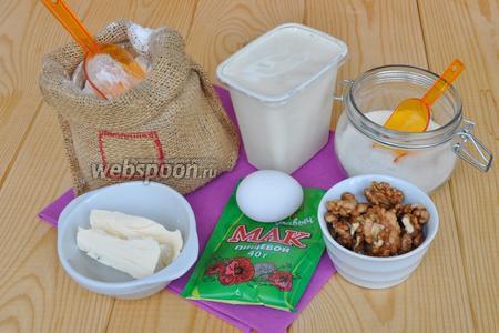 Для коржей приготовим: яйца, масло, сахар, муку, сметану, разрыхлитель, орехи, мак, какао. Ингредиенты указаны для одного коржа! Необходимо будет испечь три коржа. Один с орехами, второй с маком, третий с какао. Мак предварительно отварить и остудить.