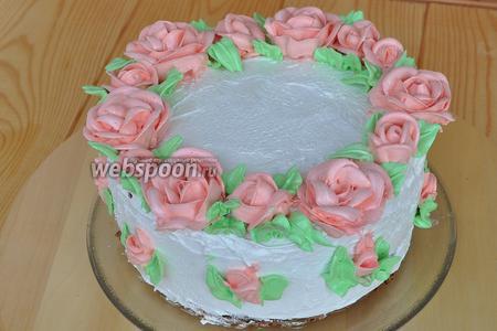 Белым кремом выровняем торт, в остальную часть крема добавим красители и оформим торт розами и лепестками.
