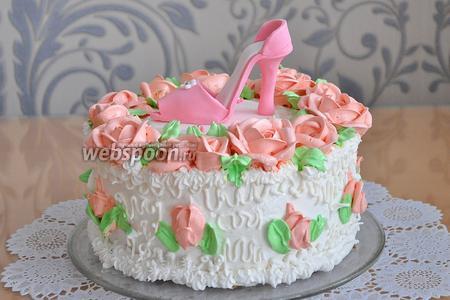 Установить кружок с туфелькой в центр торта. Торт готов!
