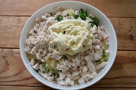 Отварите куриное филе до готовности. Нарежьте мелко и добавьте к остальным продуктам в салатник. Заправьте майонезом.