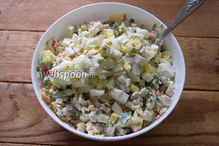 Куриные яйца отварить до готовности. Очистить и нарезать мелко. Добавьте яйца в уже заправленный салат. Отварное яйцо очень нежное. Если его добавить сразу в салат, то салат превратиться в кашу. Лучше сохранить кусочки яйца максимально целыми и не превращаться в кашу салат. Добавьте соль и перец. Перемешайте салат.