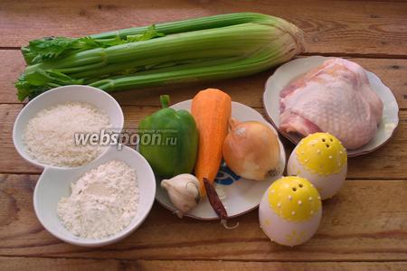 Для приготовления супа нам нужны куриные бёдрышки или другую часть курицы, но не филе, сельдерей (стебли), рис, мука, морковь, зелёный сладкий перец, перец чилли, свиная копчёная колбаса (из имеющейся на наших прилавках подойдёт Краковская), соль, чеснок и репчатый лук. Категорически нельзя готовить блюдо с использованием болгарского перца другого цвета. Суп Гамбо готовится только с зелёным перцем. Отдельно о колбасе опишу ниже.