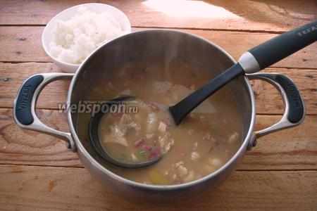 В похлёбку добавьте измельчённое мясо и краковскую колбасу. Посолите похлёбку по вкусу. Рис уже готов.