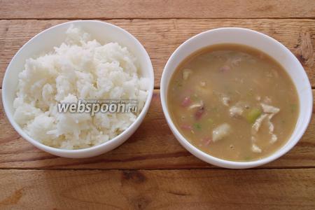 Подаётся суп Гамбо в двух отдельных мисках, но есть его можно по-разному.  1. Сначала взять ложку риса, а потом, следом за ней, ложку похлёбки Гамбо.  2. В глубокую миску налить похлёбку Гамбо и по 1 ложке туда добавлять рис (по мере поедания).  3. Полить рис похлёбкой Гамбо, подливать похлёбку по мере необходимости в рис.  Выбор за вами. Приятного аппетита. На мой взгляд, вкусное блюдо, но довольно остренькое.