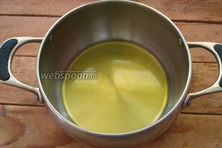 В глубокую большую кастрюлю влейте около 50-70 мл растительного масла. Это довольно приличное количество. Дно кастрюли будет полностью покрытом уровнем масла.