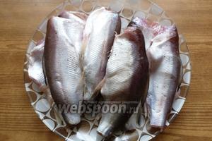 Рыбу моем, чистим, удаляем голову и хвостовой плавник. Посолим и поперчим по вкусу.