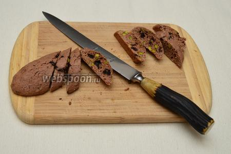 Острым ножом разрезать валики на кусочки, толщиной 1 см, располагая нож немного под углом к валику.