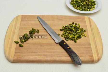 Фисташки нарубить ножом, но не очень мелко.