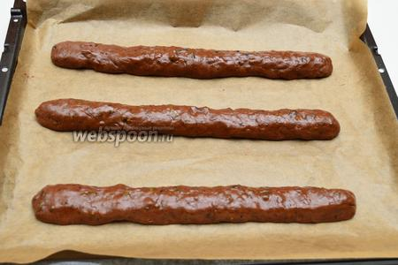 Разделить тесто на 3 части и раскатать в форме валиков или колбасок. Противень застелить листом пергамента (пекарской бумаги) и выложить подготовленные валики. Выпекать 25 минут при режиме «верх-низ» и температуре 175°С.