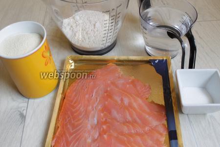 Вот такие продукты возмём. Рыбу, манку, соль, сахар, дрожжи, муку и воду.