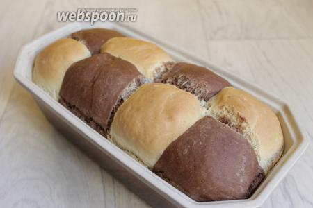 Готовый хлеб достаём, дадим остыть прямо в форме. Я накрыла полотенцем. Затем достаём и угощаемся. Приятного аппетита.