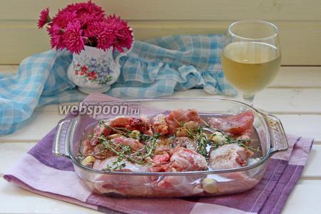 Выложить в миску, добавить зубчики чеснока, соль, перец, веточки тимьяна и залить вином. Завернуть плёнкой и убрать мариноваться в холодильник на 12 часов.