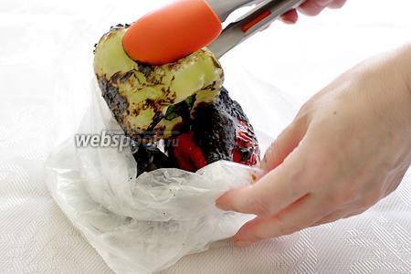 Овощи нужно запечь на огне до обугливания кожицы, сложить в пакет и оставить на 2-3 минуты.
