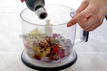 Налить немного бальзамического уксуса и добавить томатную пасту. Всё взбить до однородности. Попробовать на вкус, чего не хватает — соли, кислоты или сладости. Довести до вкуса. Возможно потребуется добавить немного сахара, если вкус покажется интенсивно кислым.