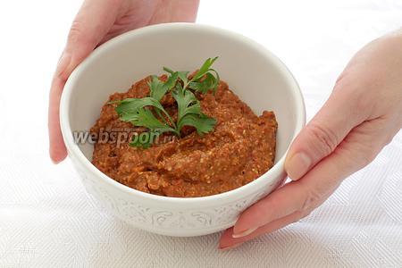 Паста очень вкусна с любым гарниром. Её можно намазывать на хлеб или добавлять, как начинку, в питу с овощами и мясом. Приятного аппетита!