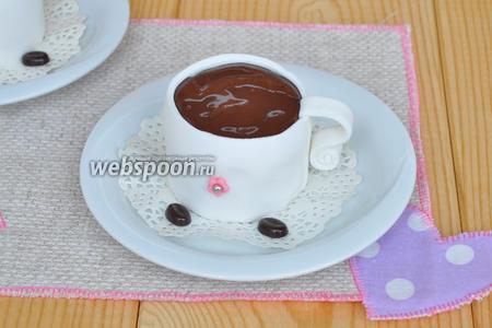 Залить верх чашек. Поместить пирожное на кофейное блюдце и можно подавать.