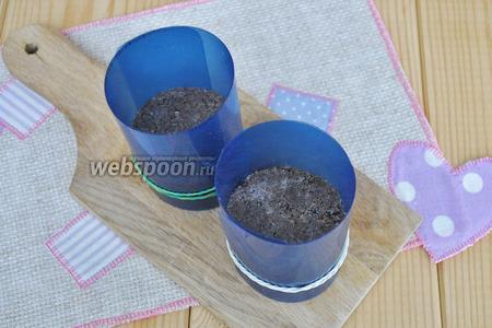 Возьмите формы круглые для формирования чашек, я сделала формы скрутив жёсткий пищевой пластик. Заполним формы до нужной высоты смесью и утрамбуем толкушкой. Поставить в холод для застывания.