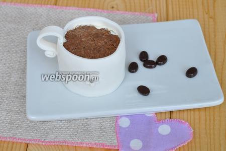 Обернуть пирожные полосками мастики по высоте планируемой чашки и одеть ручку. Можно украсить декором по желанию.