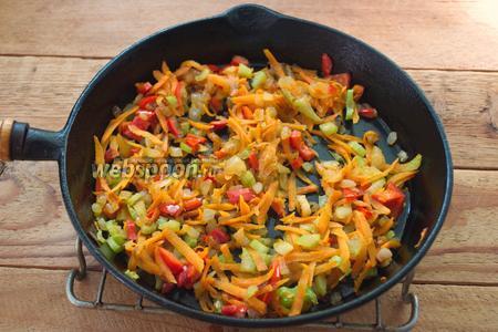 Добавьте 1 стебель порезанного сельдерея, перемешайте и тушите все овощи вместе на сковороде, при среднем огне около 10 минут.
