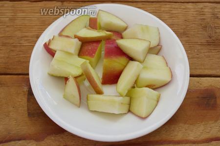 Пшено промойте в нескольких водах и залейте чистой водой. Дайте постоять и набухнуть 20 минут. Яблоки очистить от кочана. Мякоть нарезать на довольно крупные кусочки.