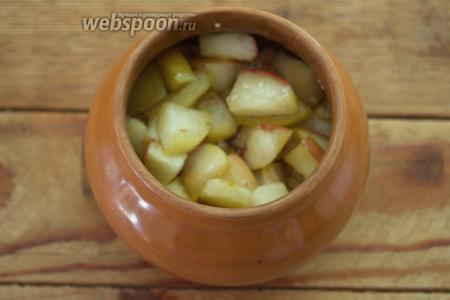 Сверху на пшено выложите карамелизированные яблоки.