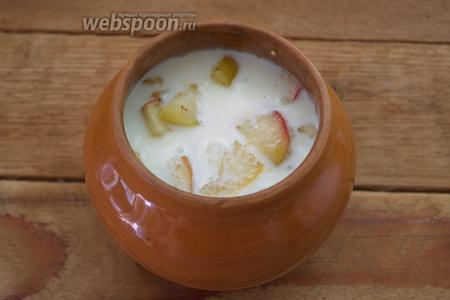 Подогрейте немного молоко. Добавьте в него щипку соли. Тёплым, солёным молоком залейте содержимое горшочка.