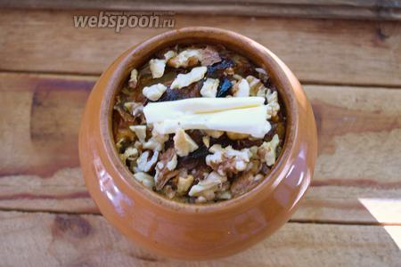 Подавать блюдо можно как с орехами, так и без. Просто выложите дроблённый грецкий орех сверху. Добавьте кусочек сливочного масла.