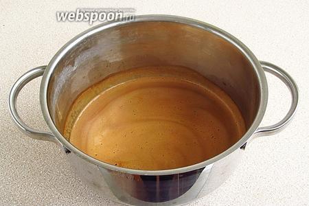 Молоко довести до кипения, всыпать в него кофе и размешать.