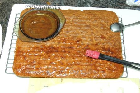 На уже остывший пирог наносим по всей поверхности и бокам нагретое желе. Желе должно стать жидким, тогда оно хорошо ложится.