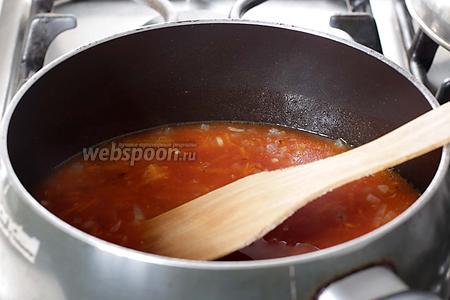 Добавить томатную пасту, хорошенько прогреть всё вместе на огне, а затем влить воду, добавить соль и сахар. Вкус должен вас полностью устраивать. Если кисловато, то добавить ещё сахар. Дать подливе покипеть 5 минут. Количество воды зависит от вашей формы. Заливка должна покрывать тефтели до половины и не успеть выкипеть при готовке.