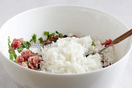В фарш добавить все специи, измельчённый в блендере лук, соль по вкусу, рубленую зелень, отваренный рис и хорошенько перемешать. Я предпочитаю лук измельчать как можно мельче и поэтому для котлет и тефтелей часто использую блендер. Нужно учесть, что рис забирает на себя лишнюю соль, поэтому солить нужно чуть больше привычного. Яйца для тефтелей не используются.